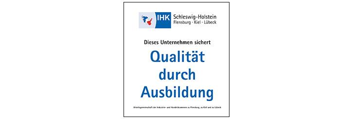 """Logo """"Qualität durch Ausbildung - Arbeitsgemeinschaft der IHK zu Flensburg, zu Kiel & zu Lübeck"""""""